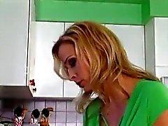 Schönes Mamma und Jungen in der Küche