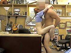 Snella rossa Babe Seduta si sfondamento dal di pedone amico al pawnshop