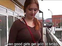 Elena lampeggia in le sue tette grandi e scopata nella stazione di autobus