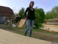 Baş veren sonra bir horoz binmek için ikna masum Çek kız