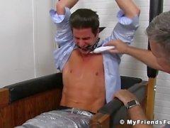 Sergey får hela sin kropp kittlade och hans fötter slickade av en älskare