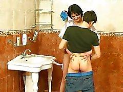 Guy neuken rijpe vrouw op de badkamer