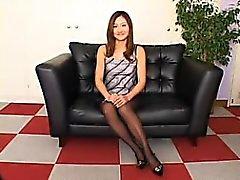 Elegante esposa japonesa en pantimedias negro muestra su wond