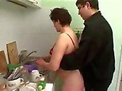mollig Pärchen beim Ficken in der Küche