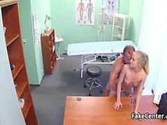Milf onu becermek için doktor olmak istiyor