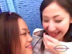 Beijar menina asiática Obtendo as mamas dela e buceta Rubbed Nipples sugado no sofá