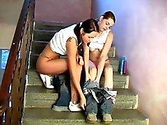 Ungdomar lesbiska knullar i en hall