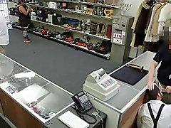 Halkla dükkanında Düz umutsuz bir adamın emici kuyruk