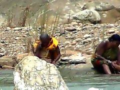 Lady bar himmel att bada inom flod vid Hidden webbkamera