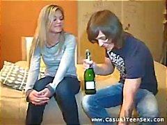 Ils se rencontrent et il donne la alcool pour obtenir ses couler de jus des rapports sexuels