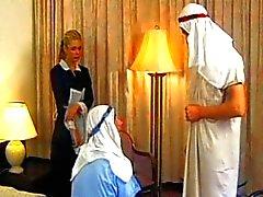 Demia Moor - Cameriera scopata diverte con due uomini