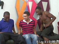 les gars en noir partageant un mec heureuse bizarre