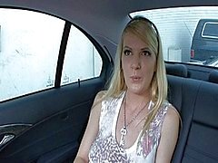 Anita Mavi bir arabanın içinde onu kedi satıyor