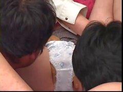 Angeliska japanska Brud smörjas inom båda -ball föreningen i hon blir borrad inom gang bang