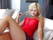 Sexig blondin i röd korsett