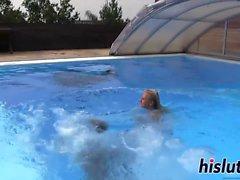 Deux jeunes lesbiennes baisent dans la piscine