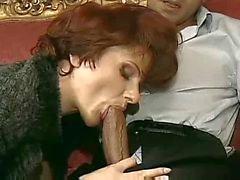 Sexy francês maduro Cougar em Saltos sexo no sofá