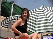 Mükemmel bronzlaşma olan titties ile sıcak çıplak kadın