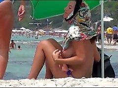 la mamma e figlio in spiaggia seni enormi