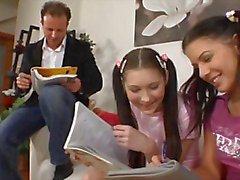 Öğretmen Ve 2 Kadın Genç Öğrenciler
