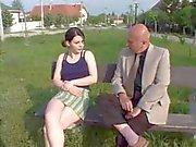 oldman Einnahme junges Mädchen von der Park nach Sex