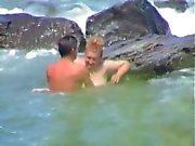 Joven se coje a una madura en la playa(espia)