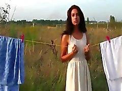 Hete vrouw plagen tijdens opknoping kleren