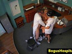 Sahte doktor masanın üstüne hasta ve hemşire sikikleri