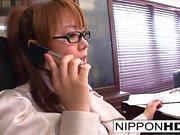 Japans sekreterare onanerar på hennes skrivbord