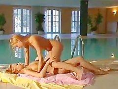 Blondines dans la piscine.