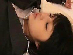 Söpö Oriental lapsi sukkahousuista potkaisee omituinen kaverin hyväilevät tunnin