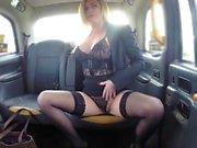 Taxi falsa Grandes tetas Milf sexy en ropa interior negro