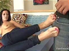 Brunette Vanessa ger en trevlig Fotsex efter han kysser och slickar hennes tår