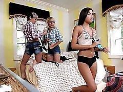 Sexig tonåring blir påsatt särskilt allvarliga på Halloween