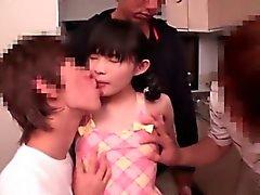 Menina japonesa nova da 147 centimetro obtem Foder
