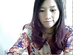 Kiinalainen tyttö strippaus alaspäin verkkokameran