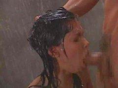 Asiatischen Lehrer tut Kursteilnehmer in der Dusche