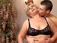 Schlankes Blond 50 mit jungem Mann Bett