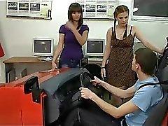 Kaksi hyvin vihainen vituttaa ajo-opetuksen