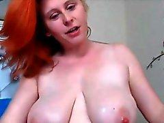 Inkivääri ruiskuttaminen breasts sekä karvaisia pimppi