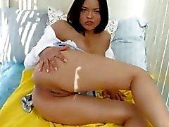 Kaunis brunette masturboi pillua