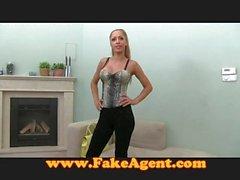 FakeAgent atractiva de aficionados se chorreo de leche en el casting