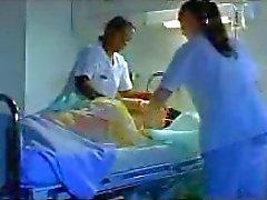 twee verpleegkundigen scheren dick