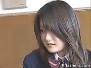 Amazing Asian koululainen osoittaa pois hänen
