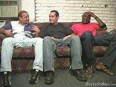 gli uomini di colore che condividono la tipo bianco divertente