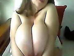 Cute Frau mit großen Brüsten