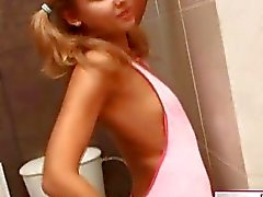 Tyttö seksikäs polvisukat alasti wc