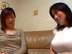 Asian Girl baciarsi sul divano ottenere il suo Nipplo succhiata Fica leccata sul letto