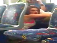 Tyttö putosi puhelin cam syö hänen ystävänsä junassa