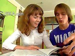 Teenager bumsen auf den Küchentisch